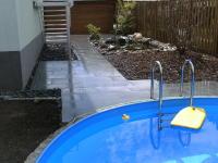 pomosus garten und landschaftsbau kleiner garten mit pool und teich. Black Bedroom Furniture Sets. Home Design Ideas